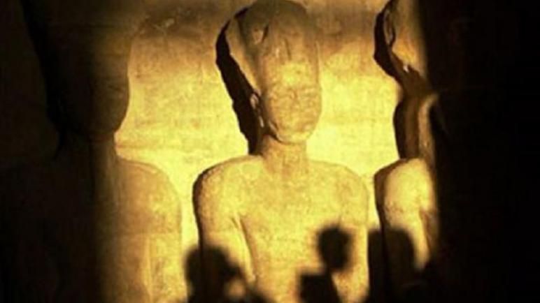 أسوان: 3 آلاف زائر و5 وزراء و23 سفيرا شهدوا تعامد الشمس على رمسيس الثاني