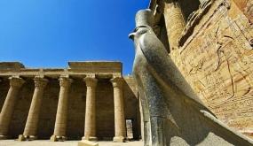 الآثار: الكشف عن تمثال ضخم للإله حورس بمعبد ملايين السنين في الأقصر